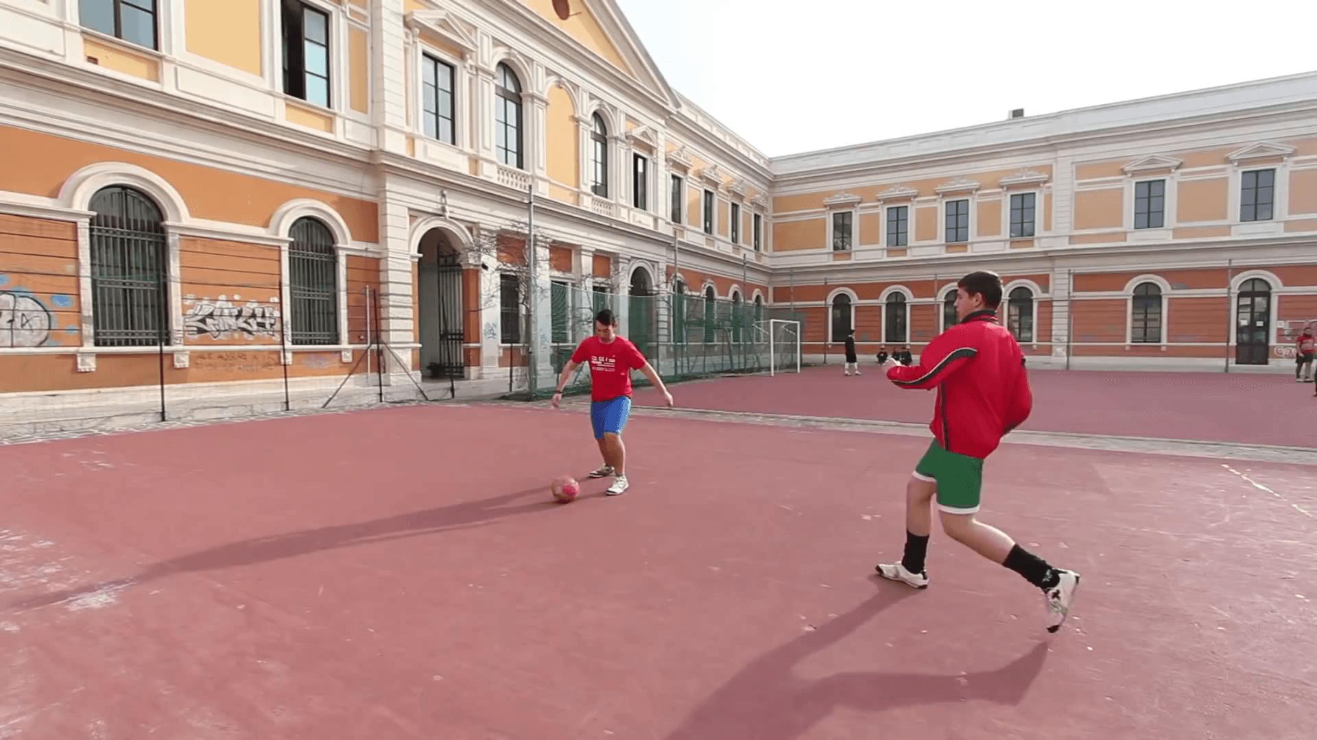 Campetti sportivi del Tito Acerbo con due alunni che giocano a calcio